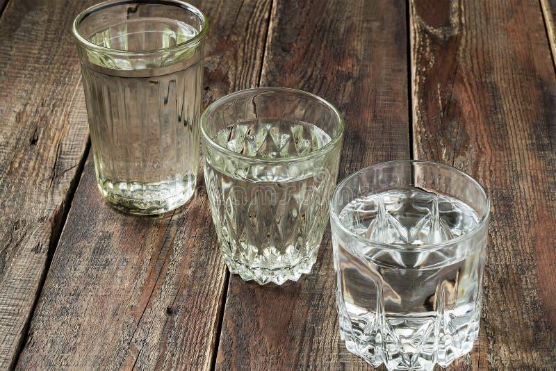 Vieux verres facettés divers avec de l'eau image stock