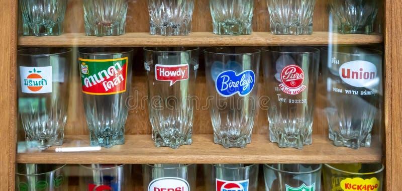 Vieux verres populaires de la meilleure qualit? de marque de soude/boisson dans le pr?sentoir en bois photos stock