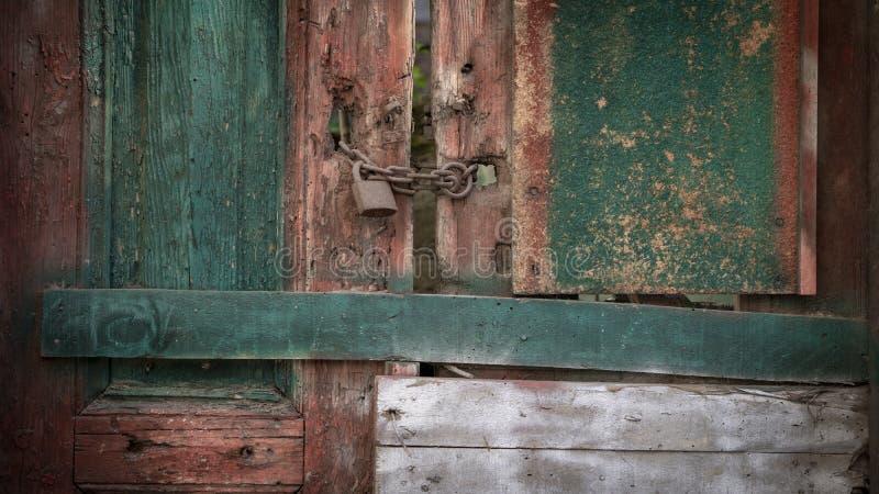 Vieux verrouillé a peint le fond en bois de porte photos stock