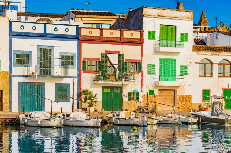 Vieux village de port de pêche avec les bâtiments colorés de Portocolom, île de Majorca photos stock