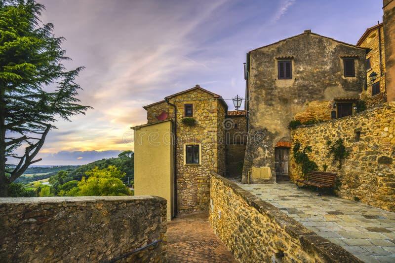 Vieux village en pierre de Casale Marittimo dans Maremma Stree pittoresque image libre de droits