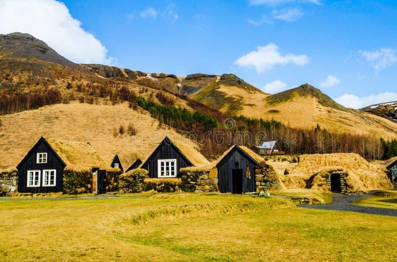 Vieux village islandais des maisons en bois de gazon, des ateliers et d'un hangar au musée de Skogar en Islande image libre de droits