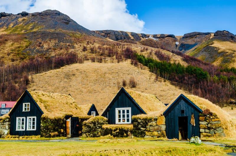 Vieux village islandais des maisons en bois de gazon, et de l'atelier au musée de Skogar en Islande image libre de droits