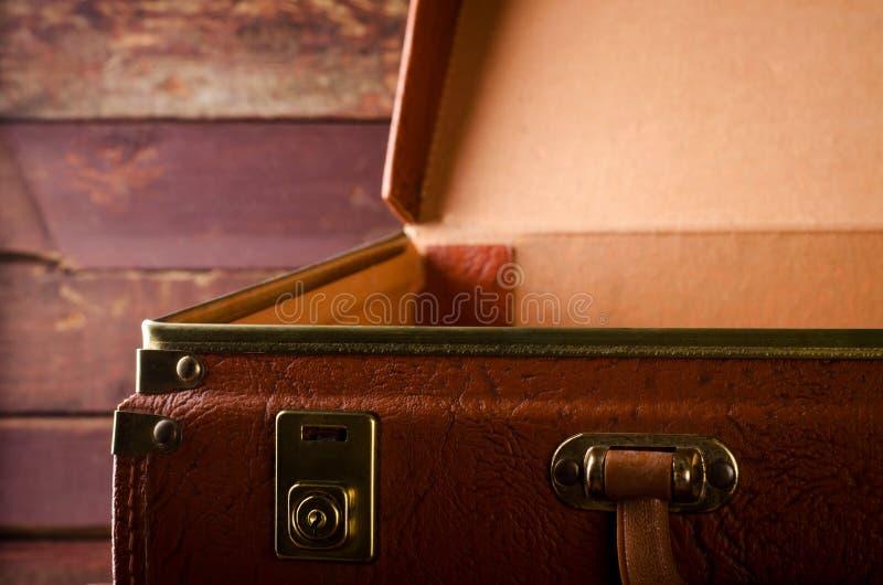Vieux vintage, rétro valise ouverte sur le fond foncé Front View images stock
