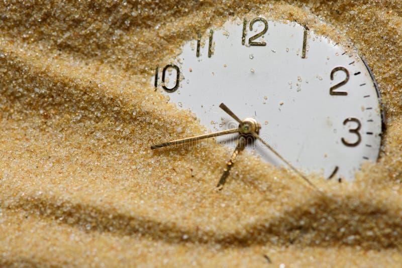 Vieux visage d'horloge en sable photos stock