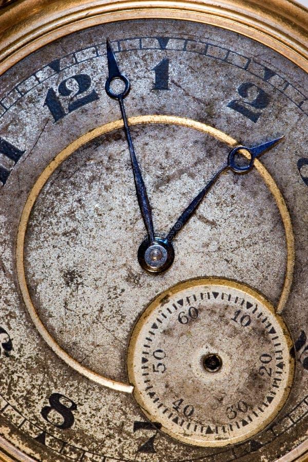 Vieux visage sale d'une montre de poche avec une main courbée photo libre de droits