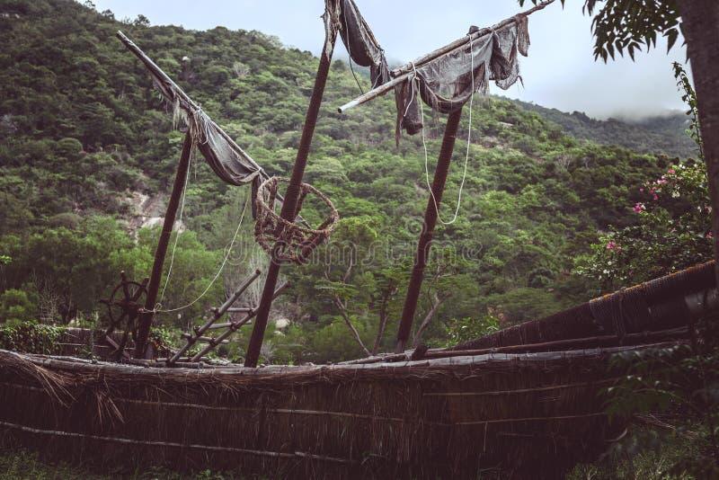 Vieux voilier de pirate dans la jungle photographie stock
