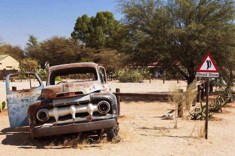 Vieux voiture et panneau routier rouillés dans le solitaire, Namibie image stock