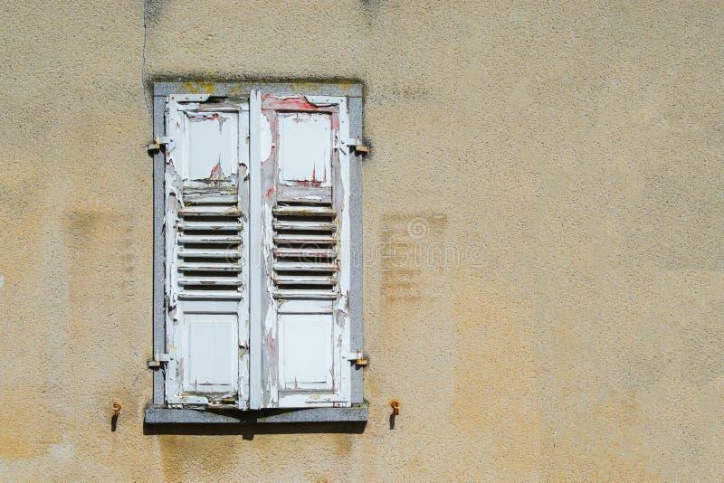 Vieux volet chié de fenêtre photos libres de droits