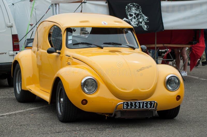 Vieux Volkswagen Coccinelle jaune garé à l'événement de salon automobile d'amusement photo stock