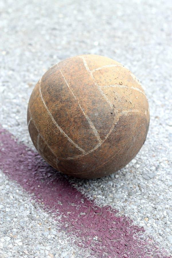 Vieux volleyball près de la ligne photos stock