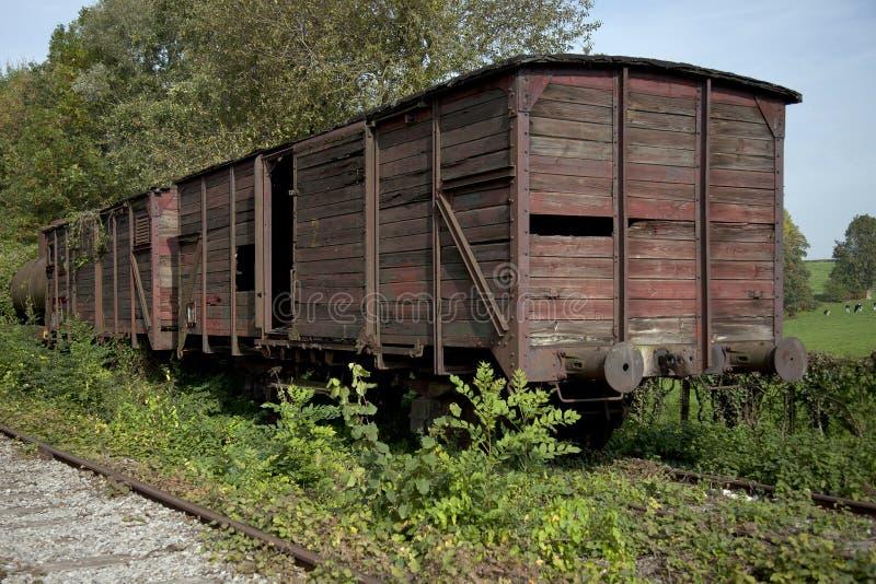 Vieux wagon ferroviaire abandonné sur les longerons dans la forêt photographie stock libre de droits
