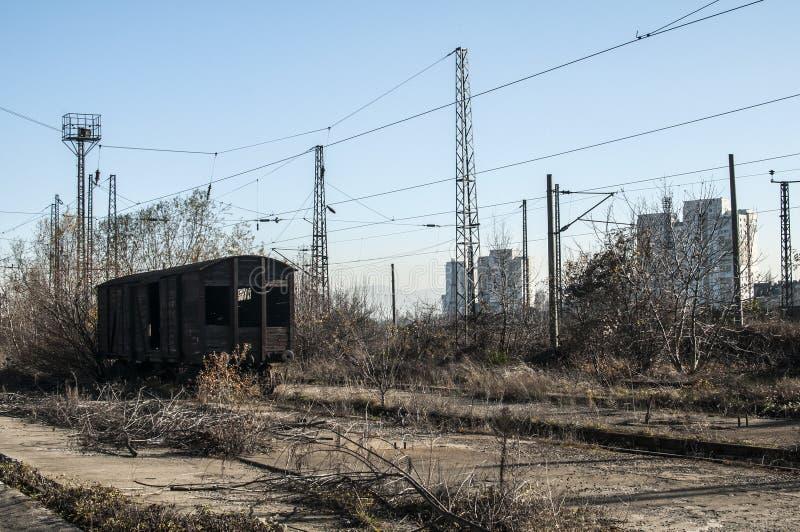 Vieux wagon ferroviaire en bois abandonné photographie stock