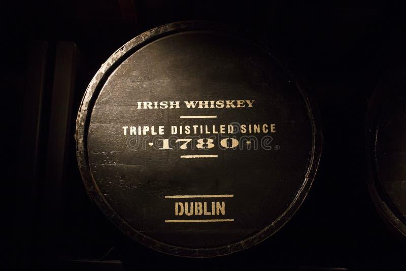 Vieux whiskey irlandais dans la bouteille en bois image stock