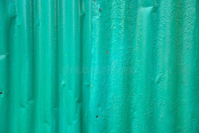 Vieux zinc vert avec beaucoup de clous photos stock