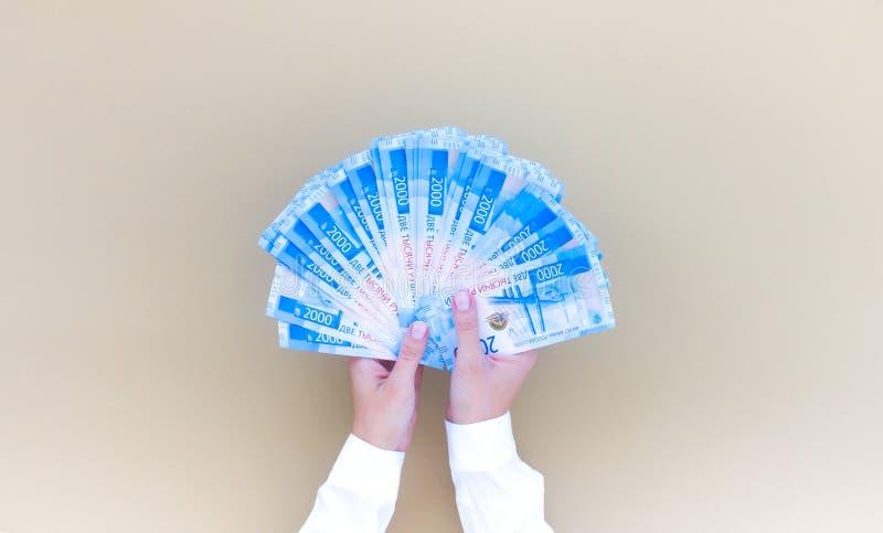 Viev верхней части руки женщины бумажных денег рубля стоковые фотографии rf