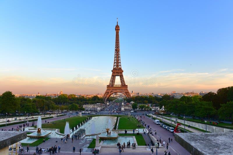 View of the eiffel tower from jardins du trocadero park in for Aquarium de paris jardin du trocadero