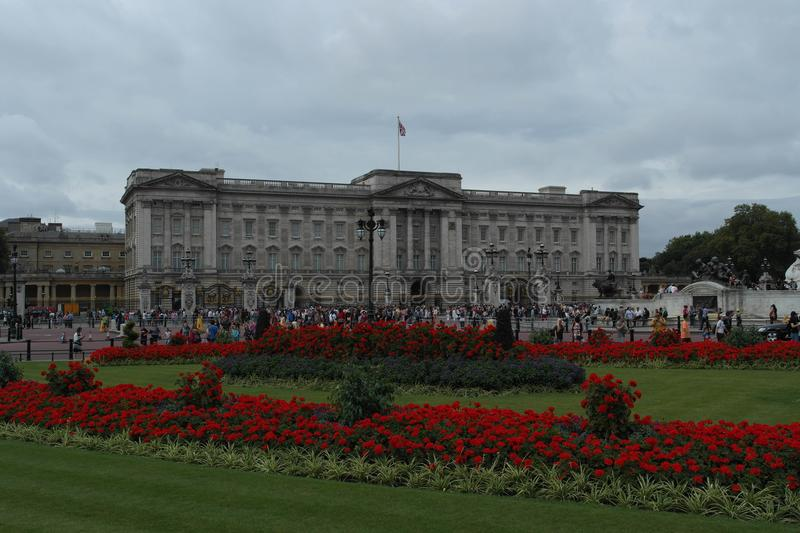 BUCKINGHAM PALACE WITH RED ROSES royalty free stock images