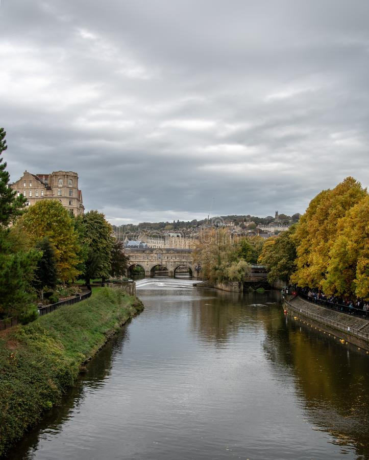 A view up the River Avon towards the famous Pulteney Bridge and weir stock images