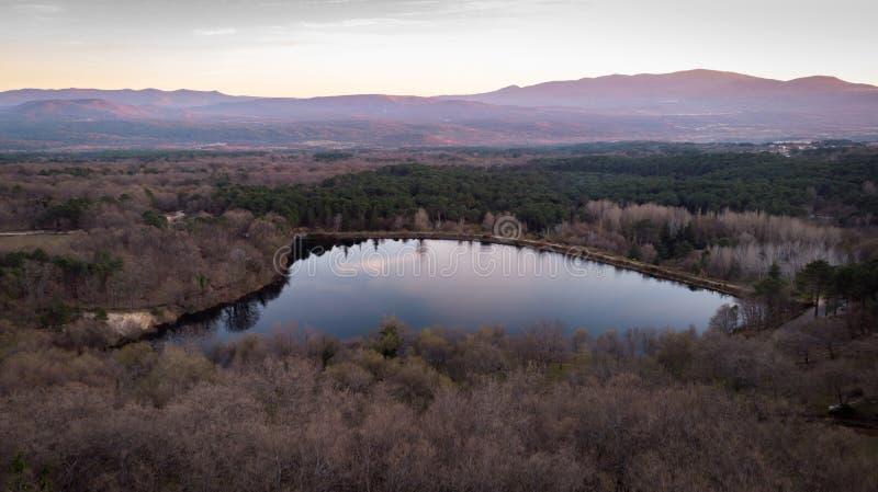 Viewe aérien d'un lac et de la montagne images libres de droits