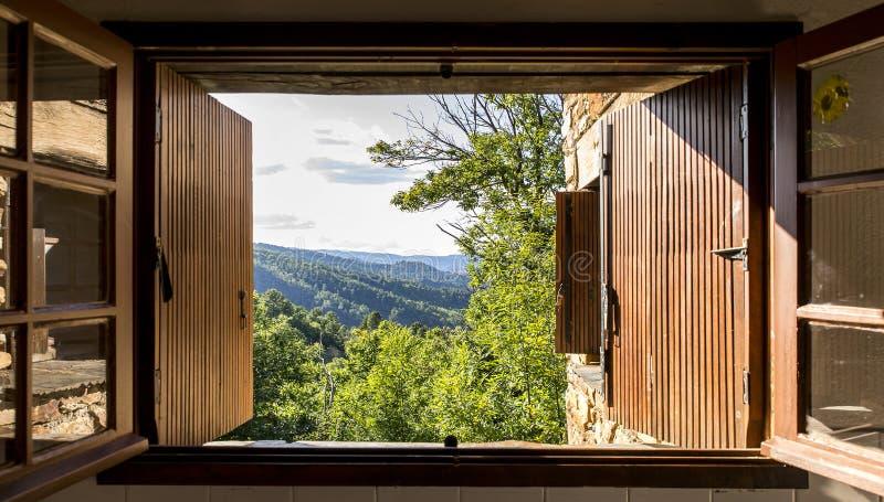 Viewi通过在Cevennes的一个窗口 免版税库存图片