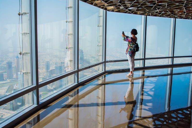Viewing przy wierzchołkiem Burj Khalifa Dubaj obraz royalty free