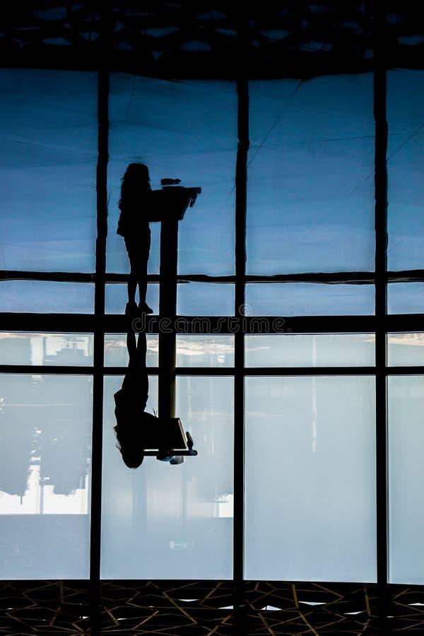 Viewing przy wierzchołkiem Burj Khalifa Dubaj zdjęcie royalty free