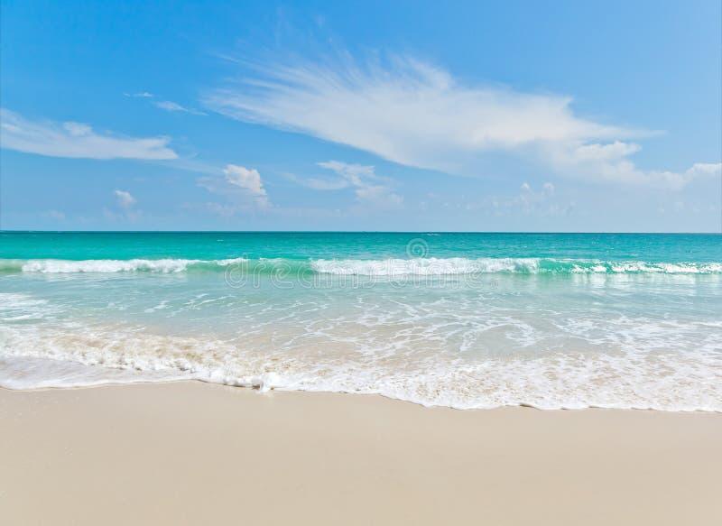Viewpo del paisaje de la relajación de la luz del día del sol de la arena del cielo azul de la playa del mar fotos de archivo libres de regalías