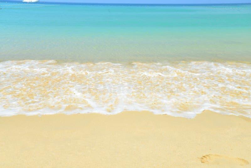Viewpo del paisaje de la relajación de la luz del día del sol de la arena del cielo azul de la playa del mar fotografía de archivo