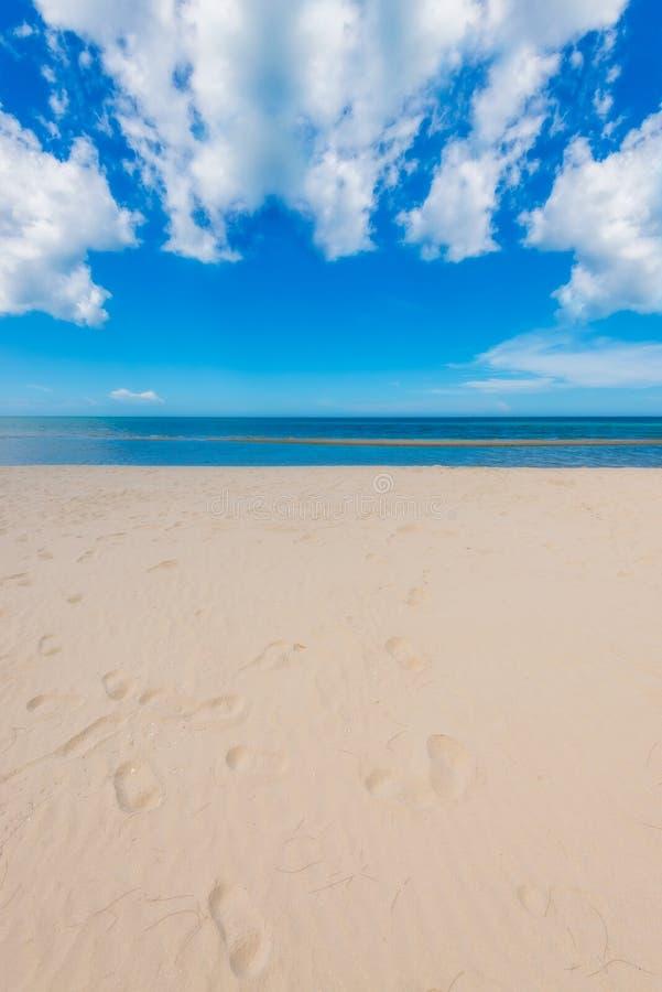 Viewpo del paisaje de la relajación de la luz del día del sol de la arena del cielo azul de la playa del mar imagenes de archivo