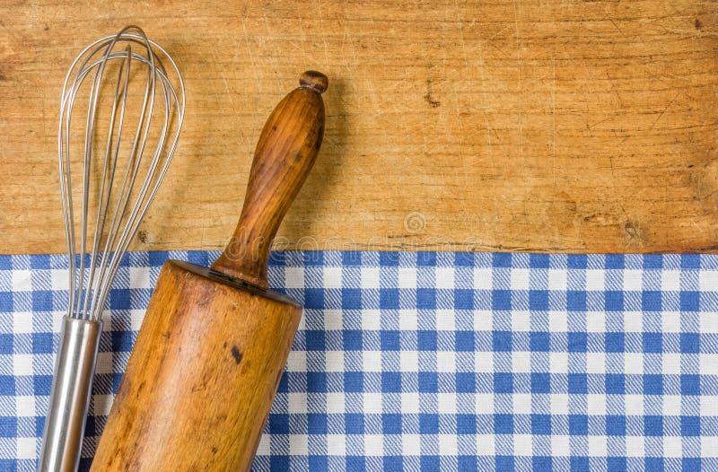 Vifta och kavlen på en träbakgrund arkivfoto