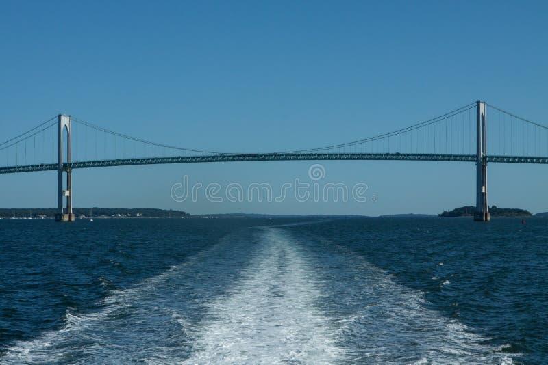 Vigília do barco com Newport Claiborne Pell Bridge foto de stock