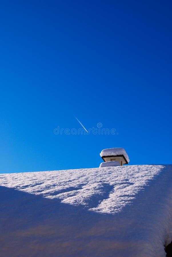 Vigília do plano no céu azul e no telhado coberto de neve fotos de stock