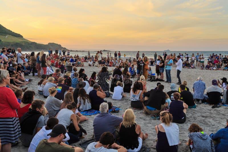 Vigília do por do sol na praia para vítimas do terrorismo, montagem Maunagnui, Nova Zelândia foto de stock