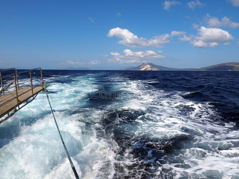 Vigília espumosa branca do ` s do navio foto de stock