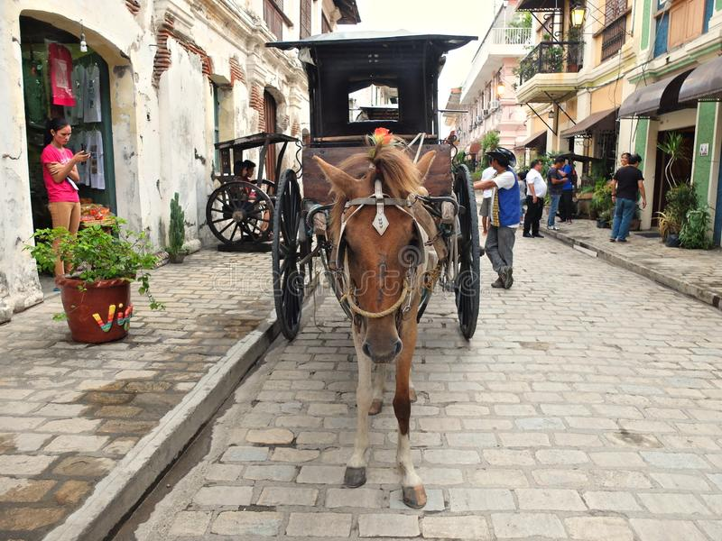 VIGAN, PHILIPPINEN - 25. JULI 2015: Ein Wagen Kalesa oder des Pferds in der historischen Stadt von Vigan stockfoto