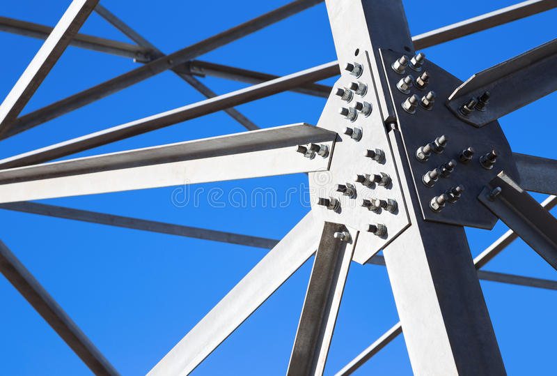 Vigas de aço contra o céu azul imagem de stock