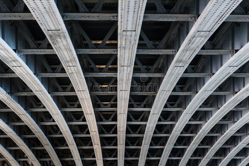 Vigas de aço paralelas que apoiam o período da ponte fotografia de stock royalty free