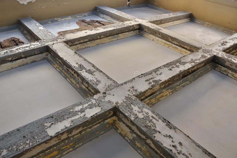 Vigas de madera resistidas del techo fotos de archivo