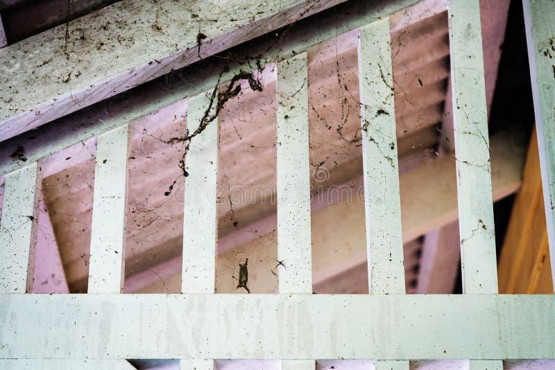 Vigas sujos sujas do teto da casa velha imagem de stock royalty free