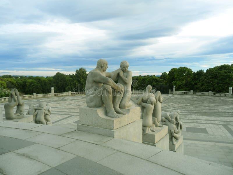 Vigeland Instalacyjne pokrywy z 212 brązowym i granitem 80 akrów rzeźbią Frogner park w Oslo, Norwegia fotografia royalty free