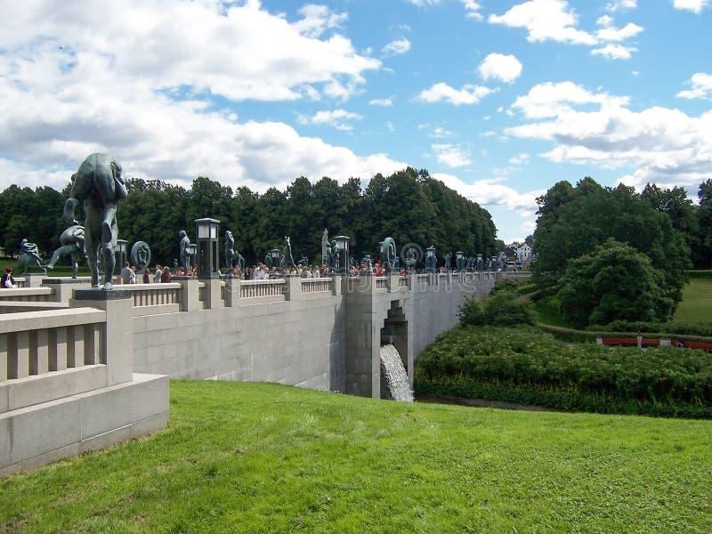 Vigelandsparken,奥斯陆,挪威在2007年7月:与绿色草坪和石桥梁的美丽如画的风景在韦格兰公园 免版税库存图片