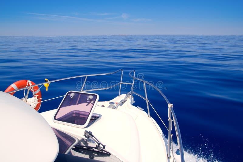 Vigia aberta da curva do barco que navega o mar calmo azul fotos de stock