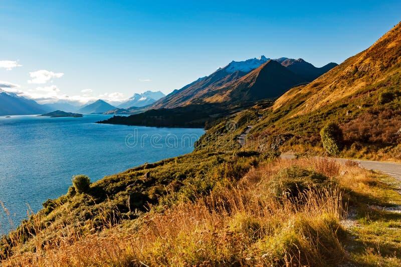 Vigia na estrada de Glenorchy Queenstown, Nova Zelândia do blefe de Bennetts imagem de stock