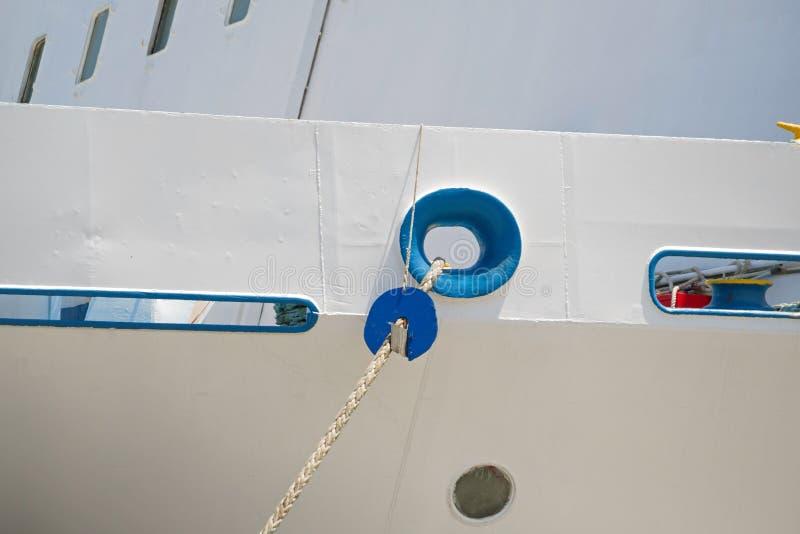 Vigias na casca branca do navio fotografia de stock