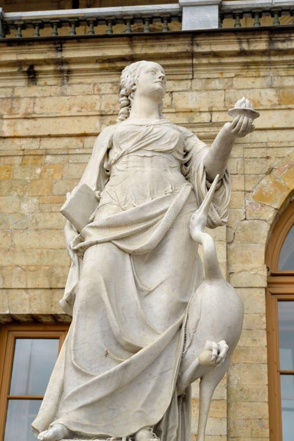 Vigilância da estátua perto do palácio grande de Gatchina foto de stock