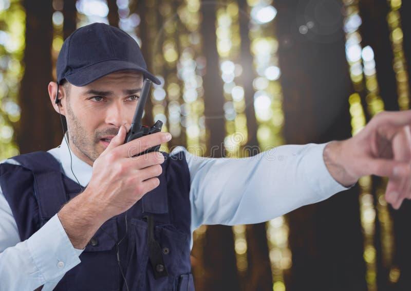Vigilante de seguridad afuera en bosque imagen de archivo
