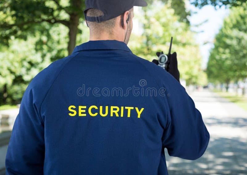 Vigilante de seguridad afuera en parque imagen de archivo