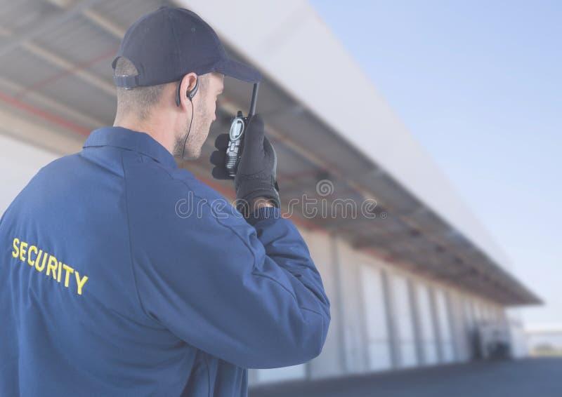 Vigilante de seguridad fuera de la casa imagen de archivo libre de regalías