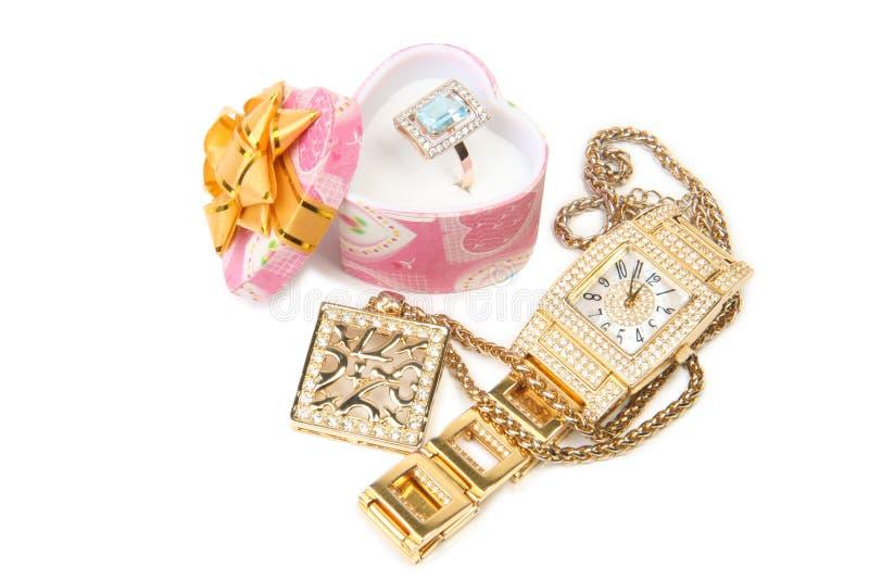 Vigilanza, anello e collana di oro. immagine stock